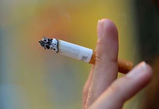 """Au 1er mars le paquet de cigarettes coûtera un euro de plus - Larrêté de 78 pages publié par le ministère de laction et des comptes publics au Journal officiel dimanche 4 février homologue les nouveaux prix de détail fixés marque par marque par les industriels après la hausse des taxes applicable elle aussi le 1er mars. - http://ift.tt/2EFswkB - \""""lemonde a la une\"""" ifttt le monde.fr - actualités  - February 04 2018 at 05:00PM"""