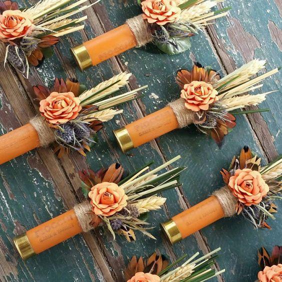 Boutonniere de lujo con una flor de papel anaranjada, un racimo de trigo seco, cardo, hierbas secas y plumas como acento. Atado con cordón este boutonniere único se acurruca en una cáscara de bala color naranja. Perfecto y hecho a mano para una boda temática country. Dale un boutonniere que le encantará usar!
