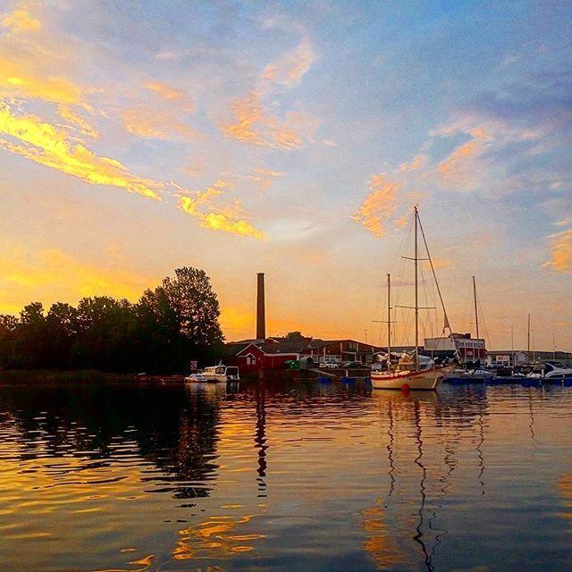 Tidlig morgen og fargesprakende himmel over Vallø. ☺ #summer #happy_days #july #sunrise #beautiful #outdoor #adventure #coastlandscape #nature #boating #eating #living #loving #fishing #marina #boats #utpåtur #båttur #fisketur #nortrip #nordicnature #norway2day #norgesperler #norsknatur #visitnorway #visitvestfold #tbno #nrksommer