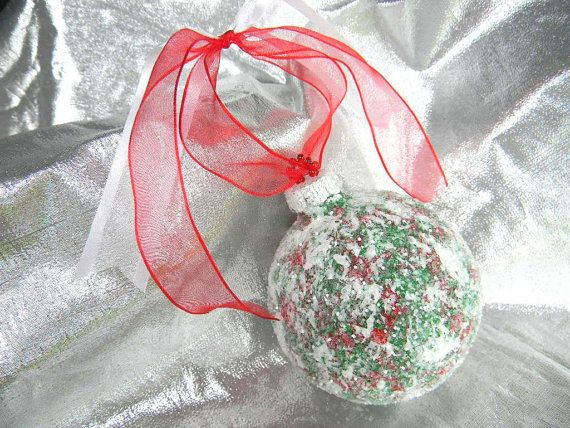 Decorazioni albero di Natale, palle di Natale di vetro, decorazioni dipinte a mano.  Questa è una splendida mano verniciato vetro ornamento di Natale. È indicato nella taglia 3-1/4. Disponibile anche in due altre dimensioni. Scegliere Taglia al check-out. Io ho stratificato diverse combinazioni di colore differenti tra cui: rosso, verde e bianco per creare questa opera darte. Ho poi sigillato la vernice con un sigillante acrilico e aggiunto un rivestimento di vetro chiaro glitter per agg...