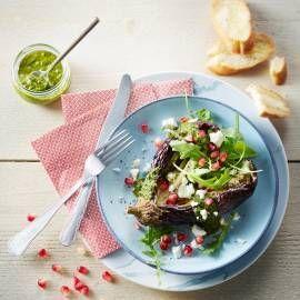 Tip: vervang de feta foor blauwaderkaas. Recept - Gepofte aubergines met salsa verde, granaatappel en feta - Boodschappenmagazine