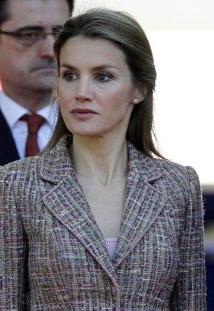 http://www.fashionassistance.net/2013/06/dna-letizia-con-traje-de-chaqueta-de.htmlFashion Assistance: Dña. Letizia con traje de chaqueta de tweed el Día de Las Fuerzas Armadas