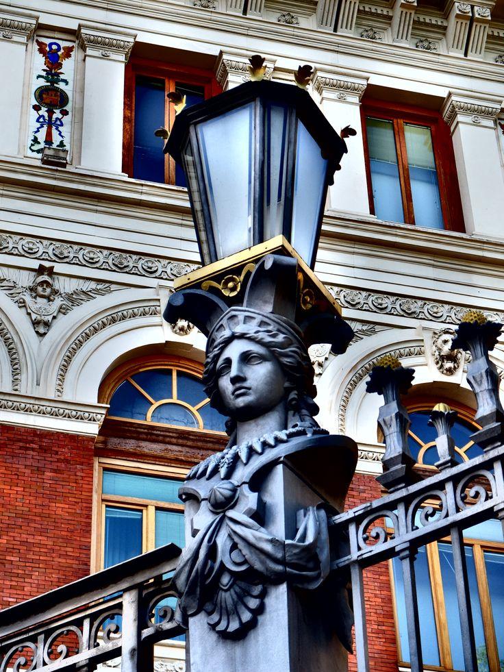 Palacio de Fomento. Farola sobre fuste rematado con el busto de Minerva