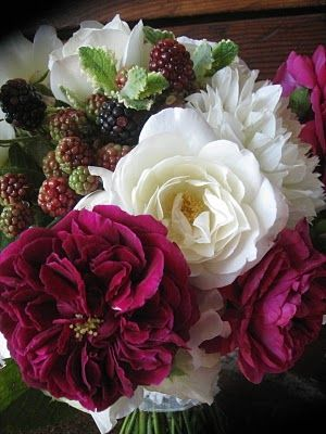 love the berries mixed in.Beautiful Flower, White Rose, Raspberries Bouquets, Colors Rose, Flower Blackberries, Fresh Berries, Blackberries Raspberries, Bouquets Green, Bouquets Flower
