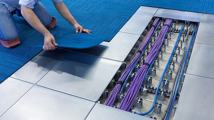 Foto: Do you know the defined distance between cables and floors in floor wiring? #datacenter #networking