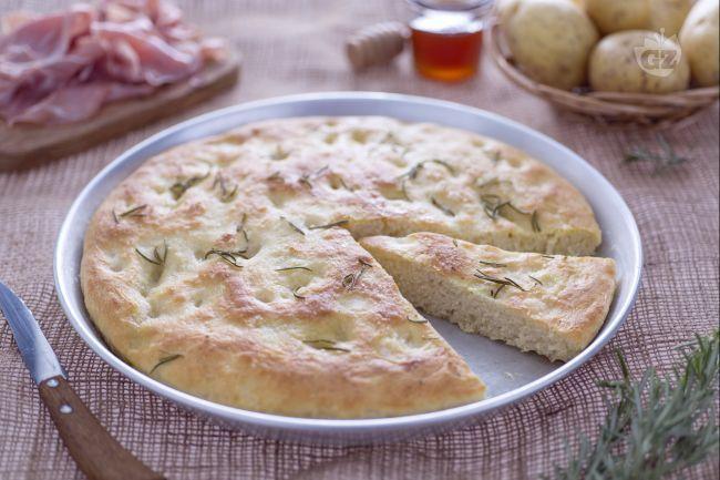 La focaccia di patate è fragrante fuori e soffice all'interno, ideale per l'aperitivo insieme ai salumi o da servire nel cestino del pane.