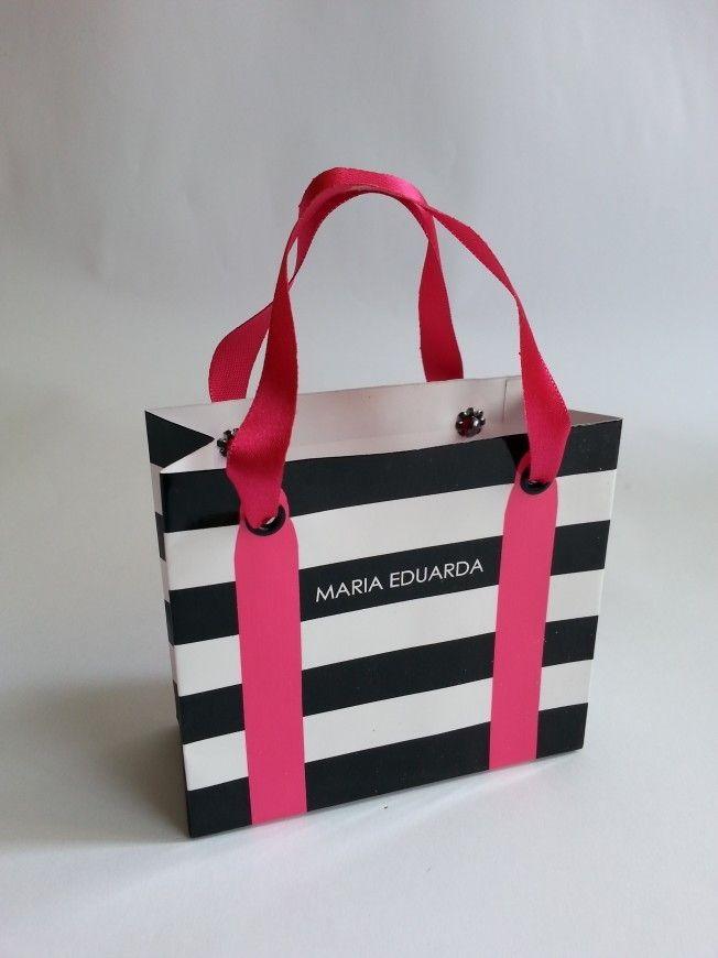 Com design fashion essa mini sacolinha é uma ótima sugestão para lembrancinha da sua festa e vai dar um toque charmoso em sua décor.