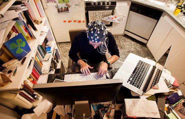 Un autor scrie o carte în timp ce-și monitorizează activitatea cerebrală