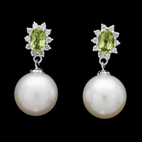 ÖRHÄNGEN, odlade South sea pärlor, 11,4 mm, med briljantslipade diamanter, tot. ca 0.25 ct och peridoter.  18k vitguld. L. 2,3 cm. Stift.