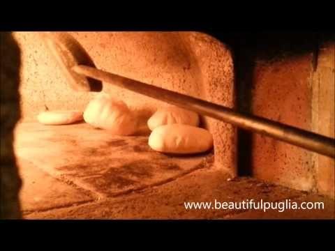 Le pucce Pugliesi - Cottura nel forno a legna - YouTube