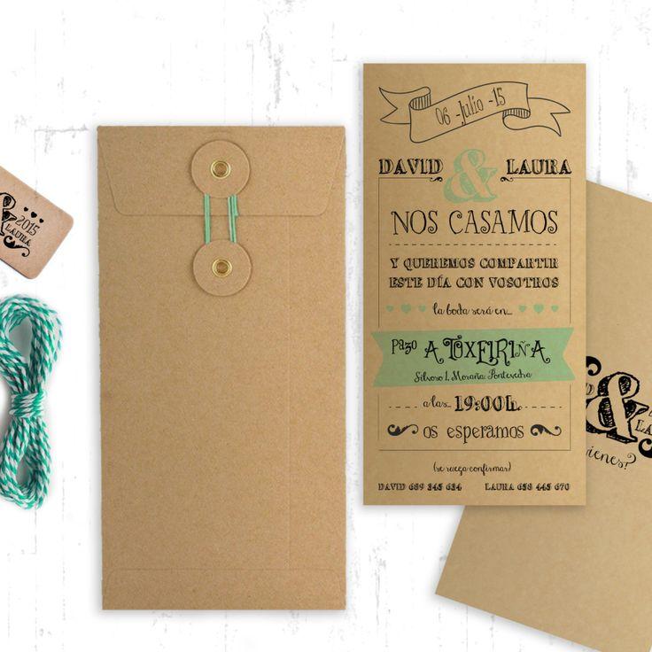 Kraft Turquese. Invitación de boda personalizada en papel kraft de estilo desenfadado y divertido, con detalle en invitación y decoración de color turquesa. Sobre con cierre de cuerda y arandela con hilo turquesa y sello de boda personalizado.