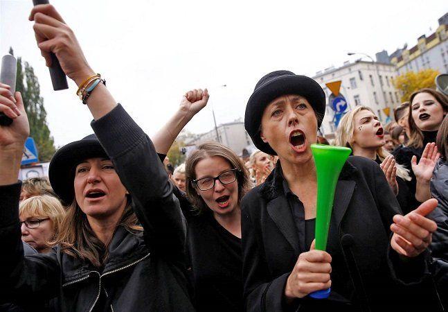 """Milhões de mulheres se uniram ontem, 3, para realizar uma greve geral na Polônia contra o projeto de lei que visa proibir definitivamente o aborto no país. As mulheres saíram às ruas vestidas de preto em mais de 60 cidades polonesas como uma forma de representar o luto pela perda de seus direitos reprodutivos, em um protesto que ficou conhecido como Black Monday (""""Segunda-Feira Negra"""", em inglês). Embora o aborto não seja liberado na Polônia, o procedimento ainda é permitido quando a…"""