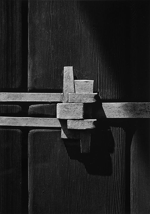 Yasuhiro Ishimoto, William R. Thorsen house, exterior strap detail (Greene and Greene, architects), 1974, gelatin silver print, 10 3/16 x 7 1/8 in. © Kochi Prefecture, Ishimoto Yasuhiro Photo Center.