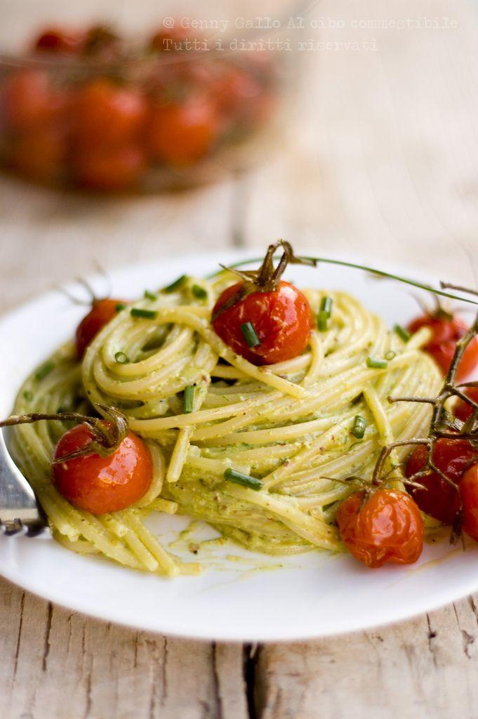 Pasta con pomodirini confit e pesto di pistacchi e erba cipollina