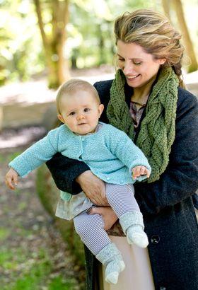 Gratis strikkeopskrifter: Den lækre, lille jakke er strikket med et enkelt strukturmønster i en blød blanding af alpaka og silke