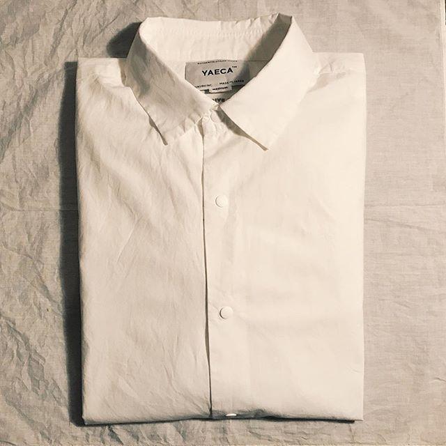 週一回シャツと対話する時間○ じっくり向き合うからこそ発見も多く、例えばyaecaは殆どのシャツが縫う間隔かなり狭い。 縫う間隔狭い分、時間も手間もかかるから原価も上がるよね〜。ってお話。 業務用のアイロンではないので、シワは少し残りますがこのシワはyaecaの使用する生地の糸がかなり細いことも分かります。 細いからこそ綿100でも艶と光沢が出て着心地も軽い☺︎ 着用から1年以上経ちますが襟の汚れも、ウタマロ使うことでほぼ無く使用出来てます。 とまあこんな感じで3着アイロン掛けるのに2時間掛かった疲れたおやすみなさい #yaeca#shirt#vsco#vscocam#日々の暮らし#日々のこと#ヤエカ
