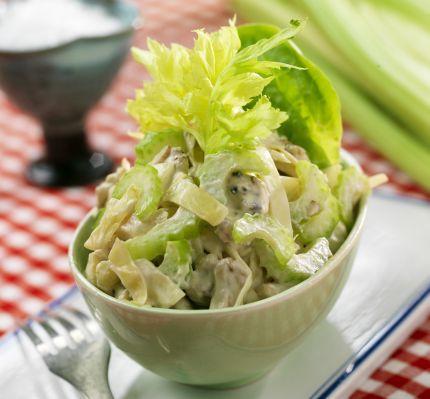 Insalata di cavolo:Mescolare 1 tazza di panna acida 3 cucchiai di maionese e ½ cucchiaio di senape tavolo. Finstrimla e misurare 2 tazze di cavolo. Lavare e affettare 3 gambi di sedano. Tagliare i 3 anelli di ananas a pezzetti. Tritare grossolanamente le noci 100g. Girare tutti gli ingredienti e condire con sale e pepe. Si prega di fare l'insalata un po 'in anticipo, in modo che i sapori hanno il tempo di maturare. Mantenere freddo a servire.