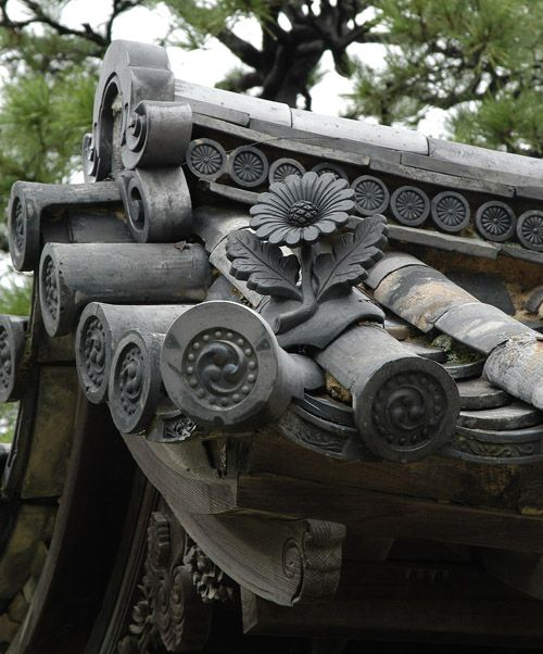 Roof detail at Nijo castle. Found on www.deadbuzzard.net via Tumblr