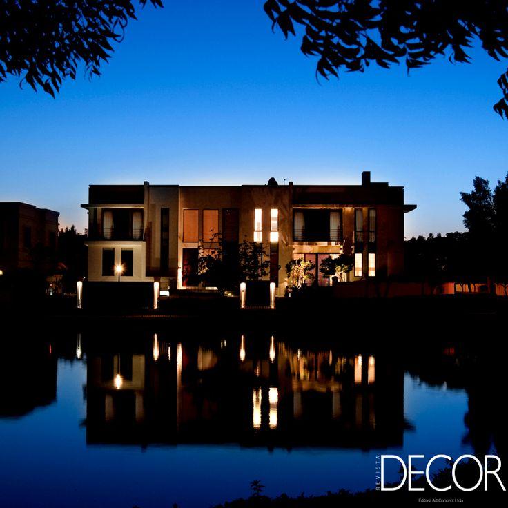 Inteiramente concebida pelo escritório de arquitetura LW Design, a Khan Villa, localizada no condomínio de luxo Emirates Hills, em Dubai, esbanja luxo e requinte. A morada dispõe de pátio com piscina e o design tem como foco a privacidade e o lazer.