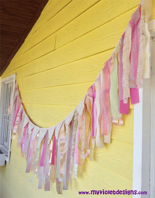 Cortina con tiras de telas y banderines con nombre cumple for Anillas con pinza para cortinas