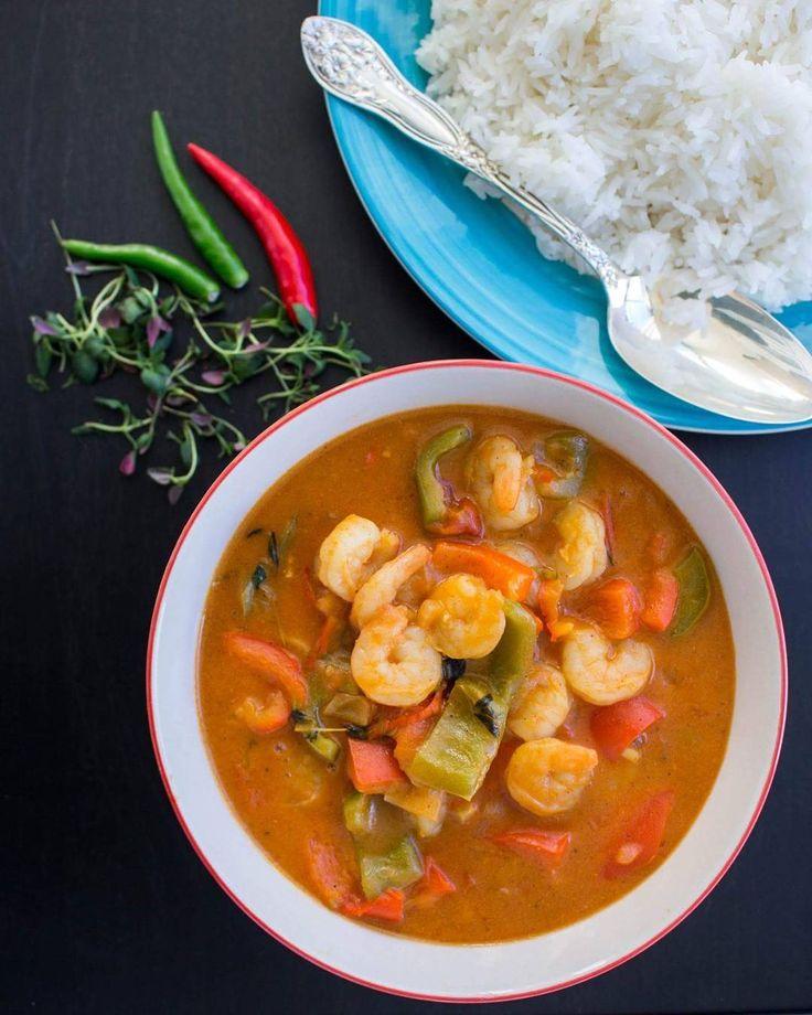 En het och fräsig karibisk gryta med curry och räkor. Den är oemotståndligt god och lättlagad. Man kan byta ut räkorna mot kyckling och om man vill ha den vegetarisk kan man ha i potatis. Recept med steg för steg bilder i länken@zeinaskitchen  #zeinaskitchen #recept #curry #jamaicanfood #gott by zeinaskitchen