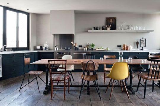 Chaises dépareillées pour une salle à manger esprit récup - Appartement : 7 cuisines ouvertes sur la salle à manger - CôtéMaison.fr