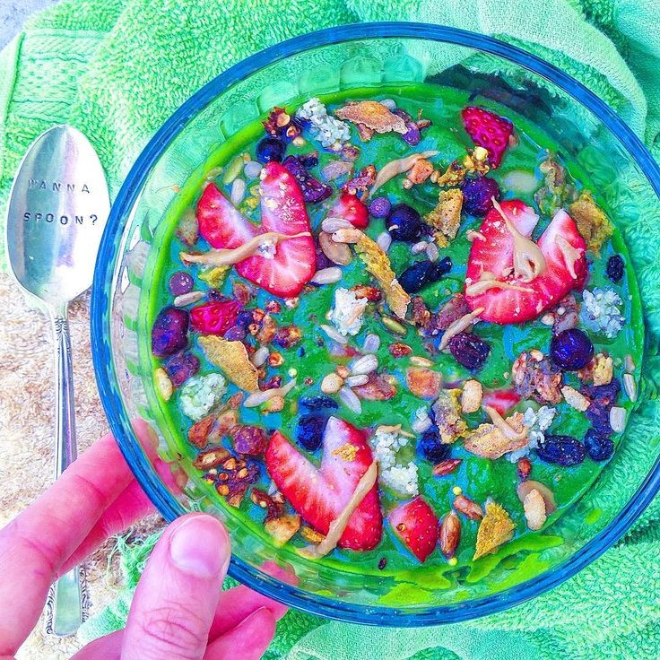 Another Monday means another busy week...especially since I need to drive to Poway for a specialist to fix my ingrown toenail . Even though it seems like every week has some form of chaos I'm trying to focus on the positives - like this super creamy green #smoothiebowl topped with berries @enjoylifefoods trail mix granola @sunbutter and some of my homemade #grainfree pancakes using @ottos_cassava_flour (recipe coming soon). What is your ultimate comfort food? #glutenfree #celiac #paleo…