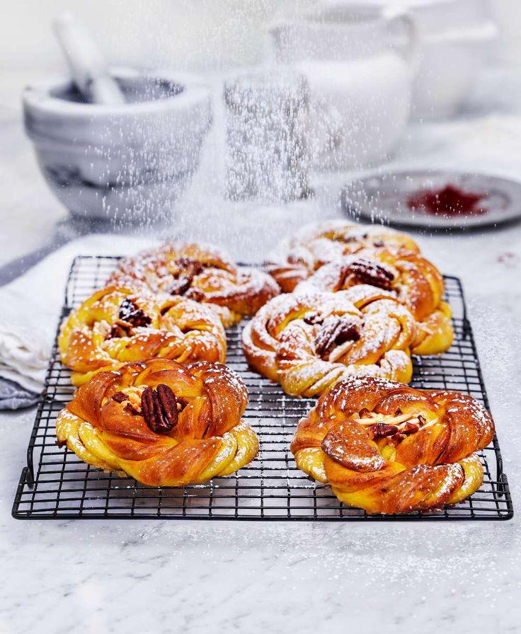 Lyxigt goda saffransknutar med en fullständigt sagolik nöttosca på pekannötter och mandel. Foto Klas Sjöberg, http://www.lantliv.com/mat-vin/saras-lyxiga-saffransknutar/