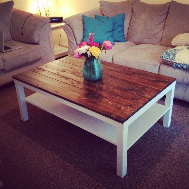 Ikea hack : table basse Lack transformée en vieille table grâce à un panneau de bois déposé dessus DIY