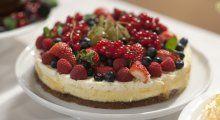 Anne Briths sjokoladekake med bær og vaniljekrem