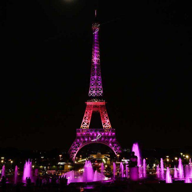 La Tour Eiffel s'habille de rose pour lutter contre le Cancer du Sein - Octobre 2014 (Magazine Marie-Claire)