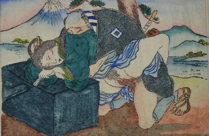 """Complete set van 6 originele erotische Shunga - Utagawa school - Japan - begin 20e eeuw  op washipapierDeze unieke complete set van 6 houtsnede prenten zijn toegeschreven aan de school van Utagawa (Toyoharu  歌川派)  een belangrijke school voor het productie van erotische prenten (shunga) in de Edo en Meiji tijd. Hiroshige Kunisada Kuniyoshi en Yoshitoshi waren bekende Utagawa school studenten. Deze set is naar het verhaal van de """"47 Ronins"""" :1. De vrouw heeft seks met haar minnaar tegen een…"""