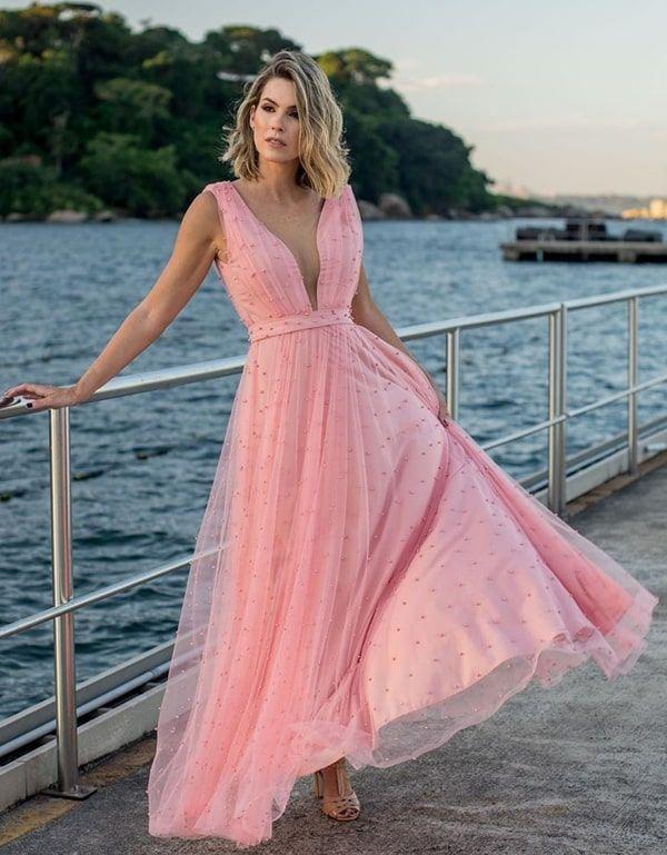 Vestido rose em tule poá com pérolas para madrinha de casamento. Seleção de vestidos em tons de rosa para casamento du… in 2019 | Dresses, Formal dresses, Fashion