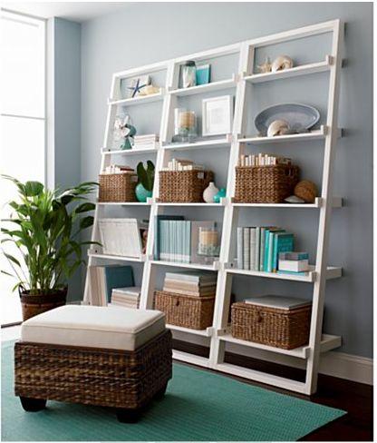 Un librero decorativo en tu sala - cajoneras y baúles de #mimbre