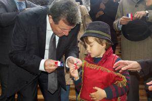 Monsieur le Maire donne un morceau de Banderole au Prince Gaston