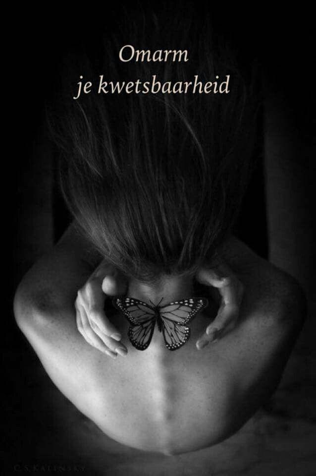 Kwetsbaarheid als kracht   Dartelend ging ik  Als een vlinder  Door het leven   Energiek en enthousiast  Blij door onwetenheid  Of was het ontkenning  Mijn kwetsbaarheid bleek  Toen ik erachter kwam  Dat vleugels kunnen breken   Een gestrande vlinder voelde ik me  Mijn zekerheden verdwenen  Wat is er nog belangrijk als je lijf hapert   Een periode van heling volgde  Het bracht me mijn mooiste jaar ooit  Alles wat ik dacht te zijn mocht ik loslaten   Valse overtuigingen wierp ik van me af…