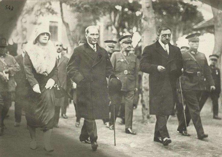 Atatürk, Türkiye Cumhuriyeti'nin ilk resmi konukları Afgan Kralı Amanullah Han ve eşi Kraliçe Süreyya ile birlikte Ankara'da, Mayıs 1928