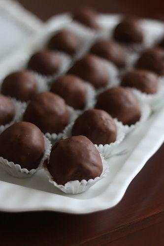NEGROLU TOPLAR  MALZEMELER 2 paket negro bisküvi 2 paket burçak bisküvi 1 paket labne peyniri 2 yemek kaşığı çokokrem yarım paket krema üzerini kaplamak için; çikolata