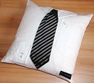 Geschenk für Männer: Recycling/Upcycling eines Herrenhemdes. Als Kissen mit Kragen, Schlips und als Appli die Manschette mit Monogramm des ehemaligen Trägers.