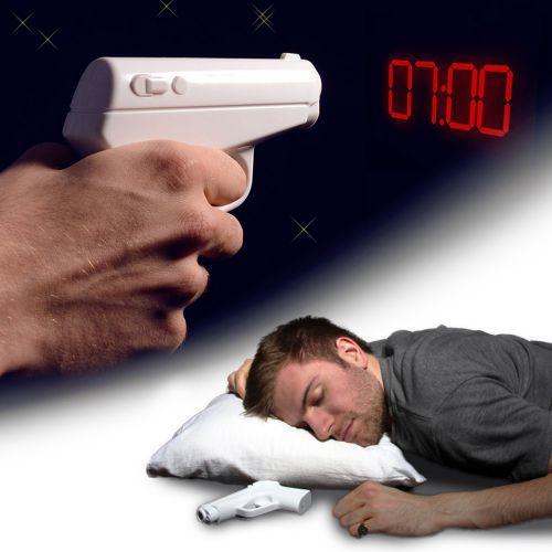 Den Projektionswecker Pistole legst Du nachts unter Dein Kopfkissen und er weckt Dich sanft durch Vibration. Die projizierte Uhrzeit gibts per Abschuss!