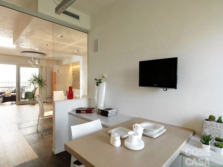 Una vetrata – in parte fissa e in parte scorrevole, a scomparsa interno muro – divide la zona pranzo dalla cucina. #home #house #casa #cosedicasa #arredamento #arredo #arredocasa #design #kitchen #cucina