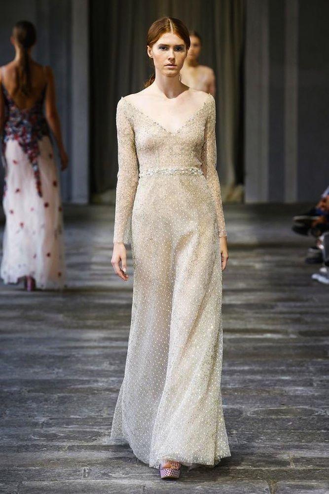 Vestidos de pasarela para novias no convencionales. Luisa Beccaria. Romántico vestido largo con diseño ligeramente sirena con escote barco y en pico con tejido de plumeti de seda con brillos.
