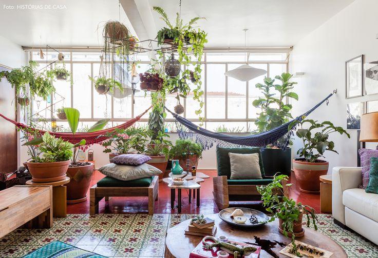 Para criar esse jardim interno, a moradora usou o recurso de pendurar as espécies também no teto.