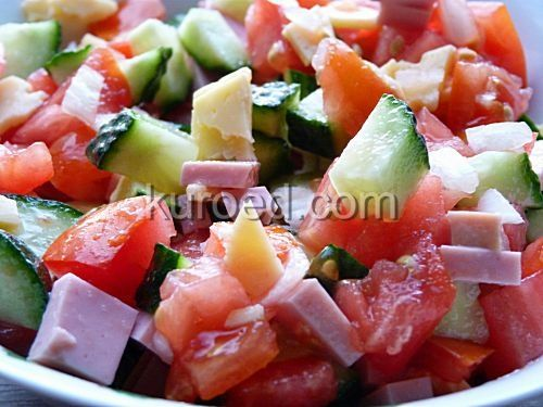 Салат из огурцов, помидоров, лука, колбасы и сыра