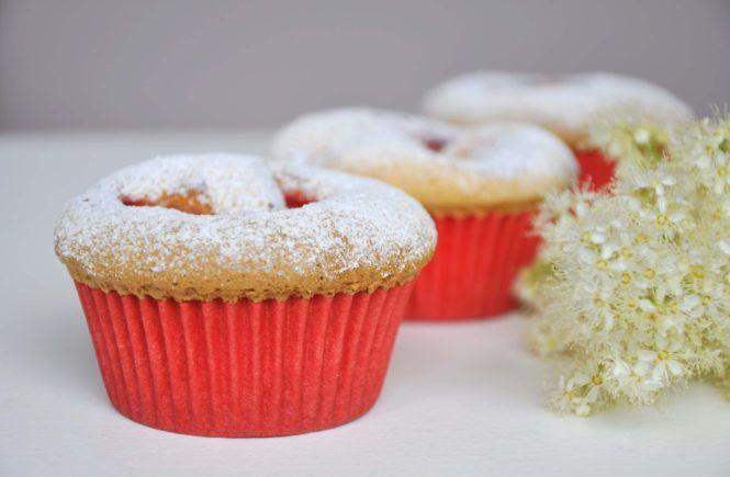 Zdrowe słodycze - puszyste muffinki biszkoptowe z truskawkami bez cukru - zdrowejestczadowe.pl