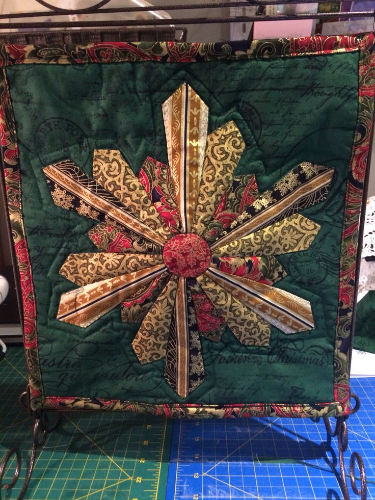 The first mini quilt. Christmas snowflake! Adapted Dresden plate and echo quilting.