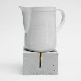 """t_Licht ist ein weiteres Produkt aus der Reihe """"Miniatur-Bauwerke für den Esstisch"""", hier aus dem Bereich Städtebau. Das Massemodell eines Stadtviertels zeigt den Platz an einer Kreuzung - sanft strahlt die Wärme des Teelichts durch die Straßenschluchten. Material: Beton. Maße: 12,5 x 12,5 x 8 cm (LxBxH). Gewicht: ca. 1,5 kg."""