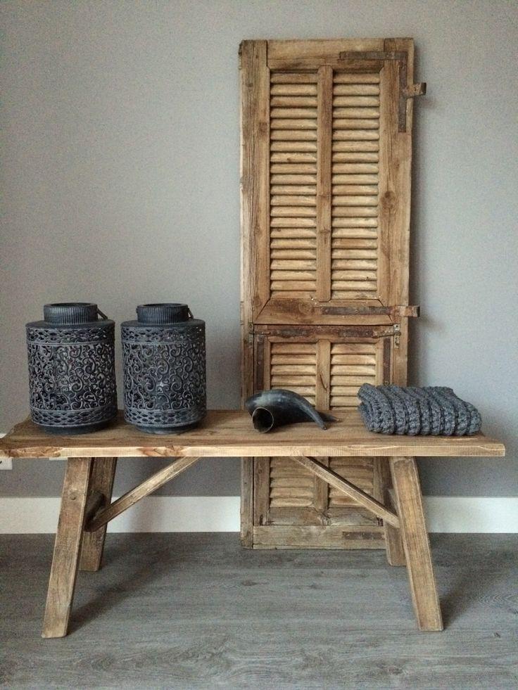 Oud houten luik met houten bankje en koehoorns