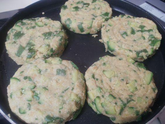 ricetta leggera e gustosa questi hamburger vegetali con zucchine e ceci. Senza grassi animali, uova, formaggio e carne. Un piatto sano anche per i bambini.