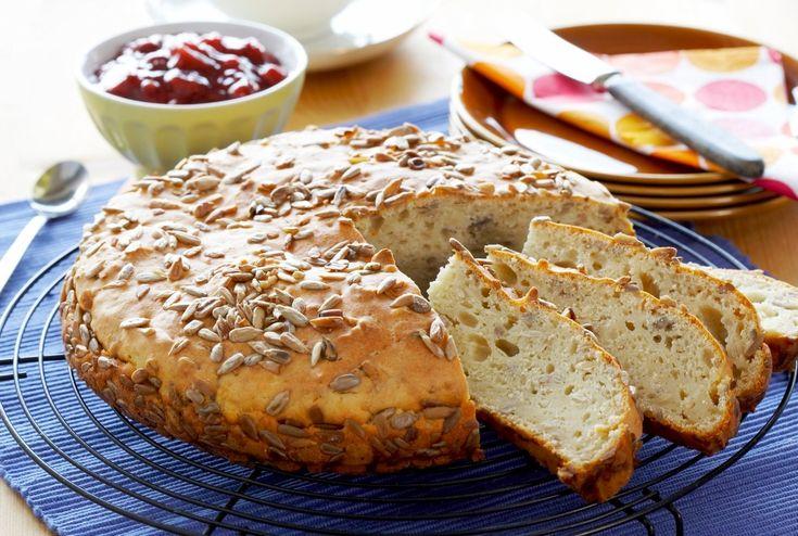 Dette er et bakepulverbrød som er raskt å bake, for det skal ikke heve. Brødet har en deilig smak av solsikkefrø. Kesam i deigen gjør brødet ekstra saftig og godt.